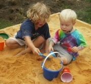Ребенок раздает игрушки. Что делать?