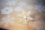 Как вырезать шестиконечные снежинки