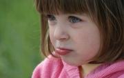 Как научить ребенка не облизывать на ветру губы
