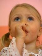 Как отучить ребенка сосать пальцы