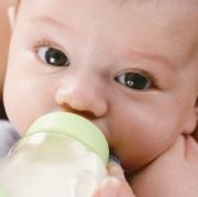 Как научить ребенка пить из бутылочки