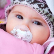 Зимние прогулки: как защитить кожу ребенка в холодное время года
