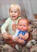 Sos! мальчик играет в куклы!