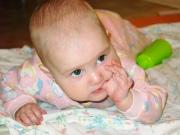 Почему дети суют руки в рот
