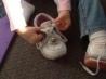 Как увлекательно для ребенка научить его завязывать шнурки